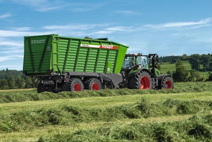 Fendt Traktor mit Tigo 65 VR Anbaugerät bei der Einfuhr des Ernteguts von hinten
