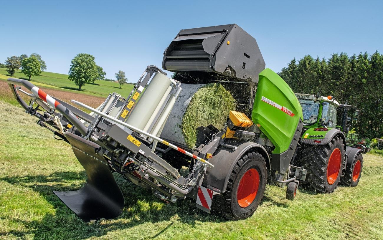 Fendt Rotana 130 F Rundballenpresse bei Pick-Up von Gras und der gleichzeitigen netzbindung eines fertigen Ballen