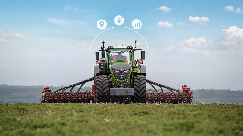 Fendt 500 Vario fährt mit Grubber übers Feld mit drei digital hinzugefügten Icons zu Fendt Connect