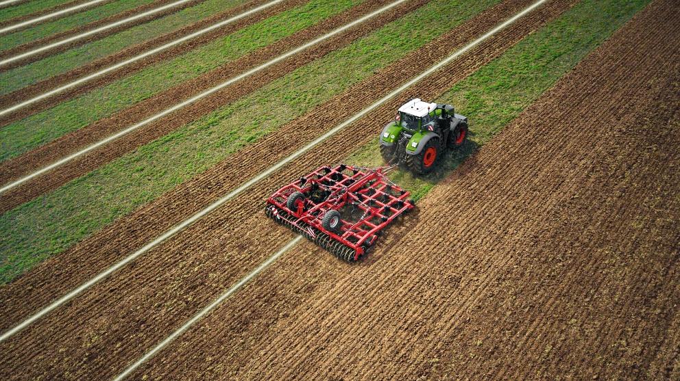 Obersicht eines Fendt 1000 Vario mit Anbaugerät auf einem Feld