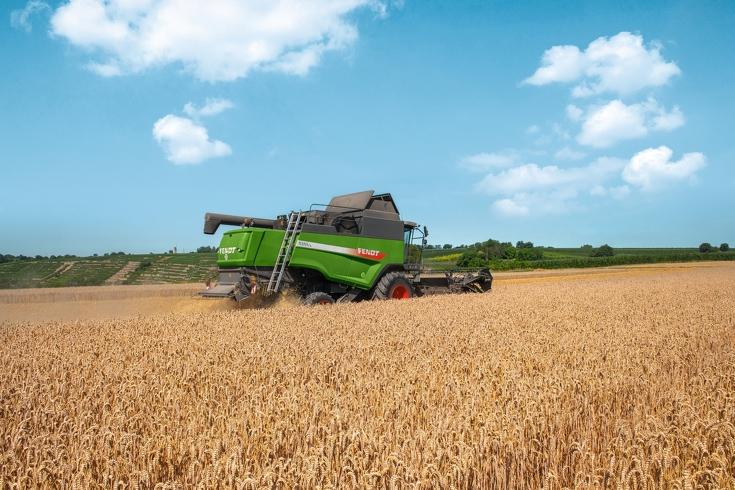 Fendt L-Serie Mähdrescher  von hinten beim Drusch eines Weizenfeldes