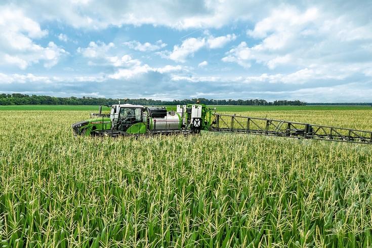 Nahansicht Fendt Rogator 900 beim spritzen von einem Maisfeld