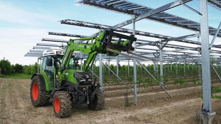 Fendt e100 Vario stehend vor der Forschungsanlage zu Agri-Photovoltaik