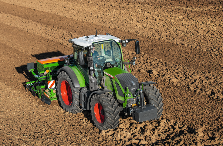 The Fendt 500 Vario with drill combination in the field.