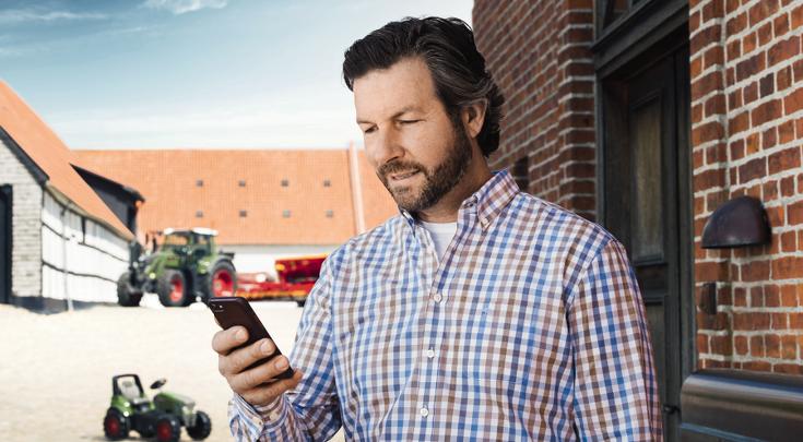 Mittelalter Mann bedient die Fendt Connect App am Smartphone