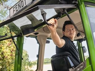 Landwirt öffnet die Heckscheibe vom Fahrersitz aus
