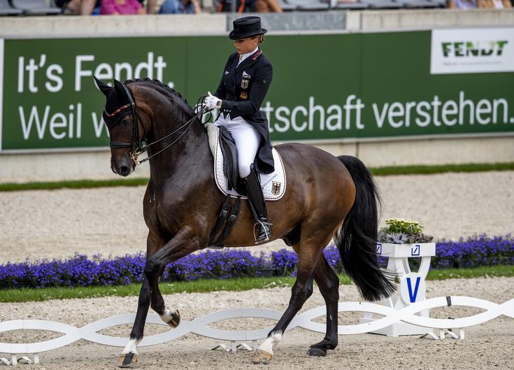 Deutsche Dressurreiterin Dorothee Schneider mit ihrem Pferd Showtime bei einem Turnier