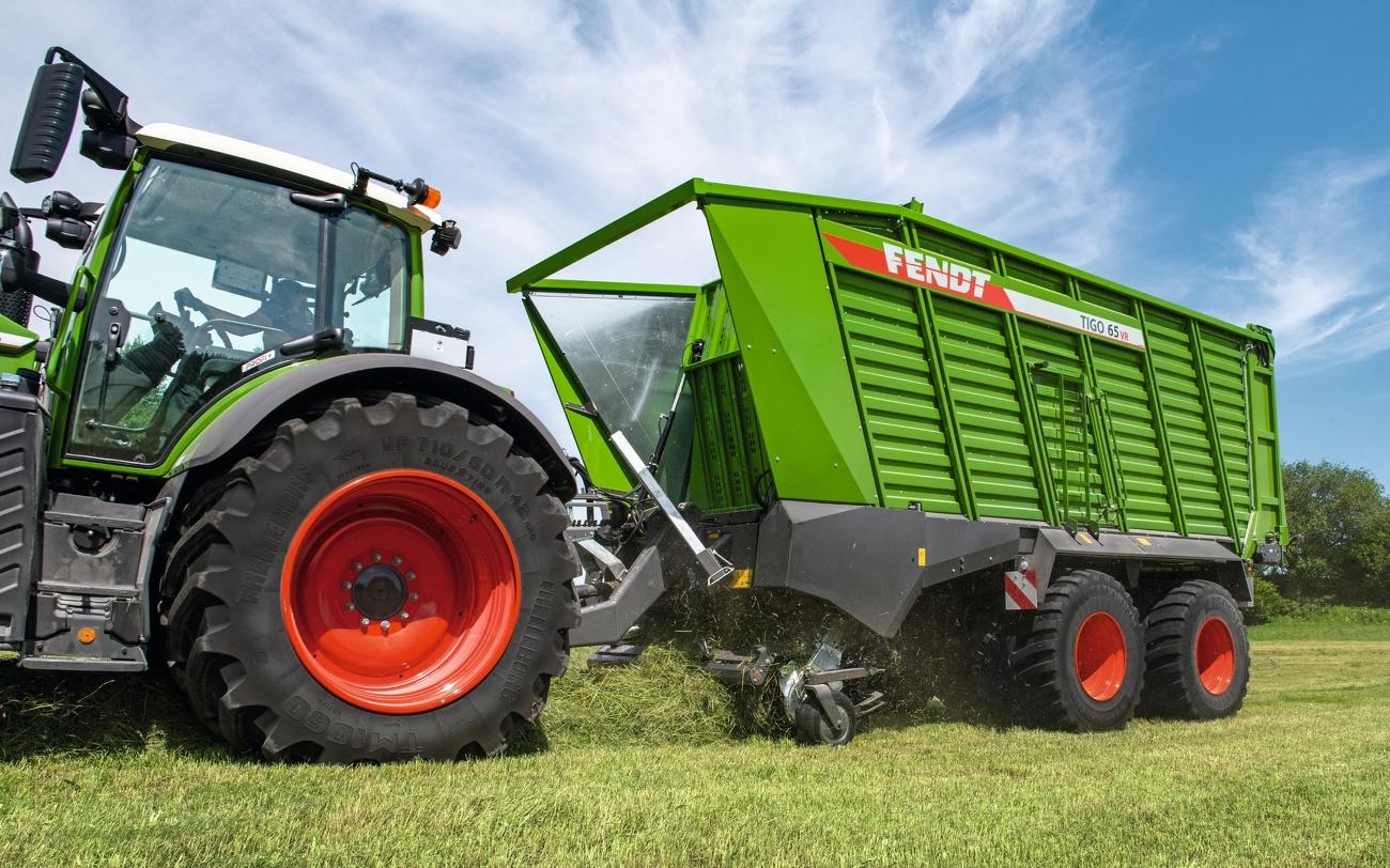 Fendt Traktor mit Tigo 65 VR Anbaugerät bei der Einfuhr des Ernteguts