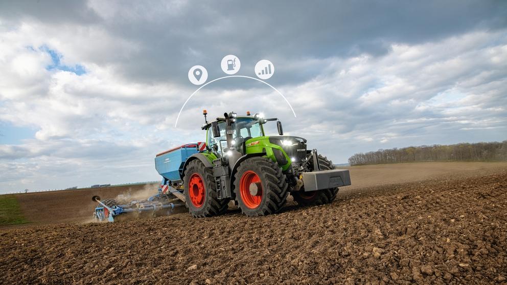 Fendt 900 Vario fährt mit Grubber übers Feld mit drei digital hinzugefügten Icons zu Fendt Connect