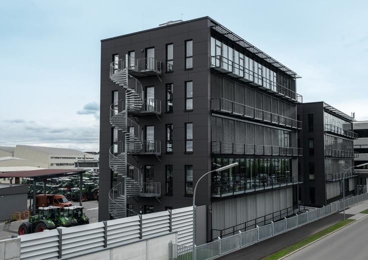 Zwei graue Gebäude neben einer leeren Straße