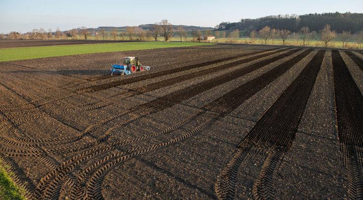 El Fendt 300 Vario sembrando en el campo con una combinación de sembradoras de Lemken.