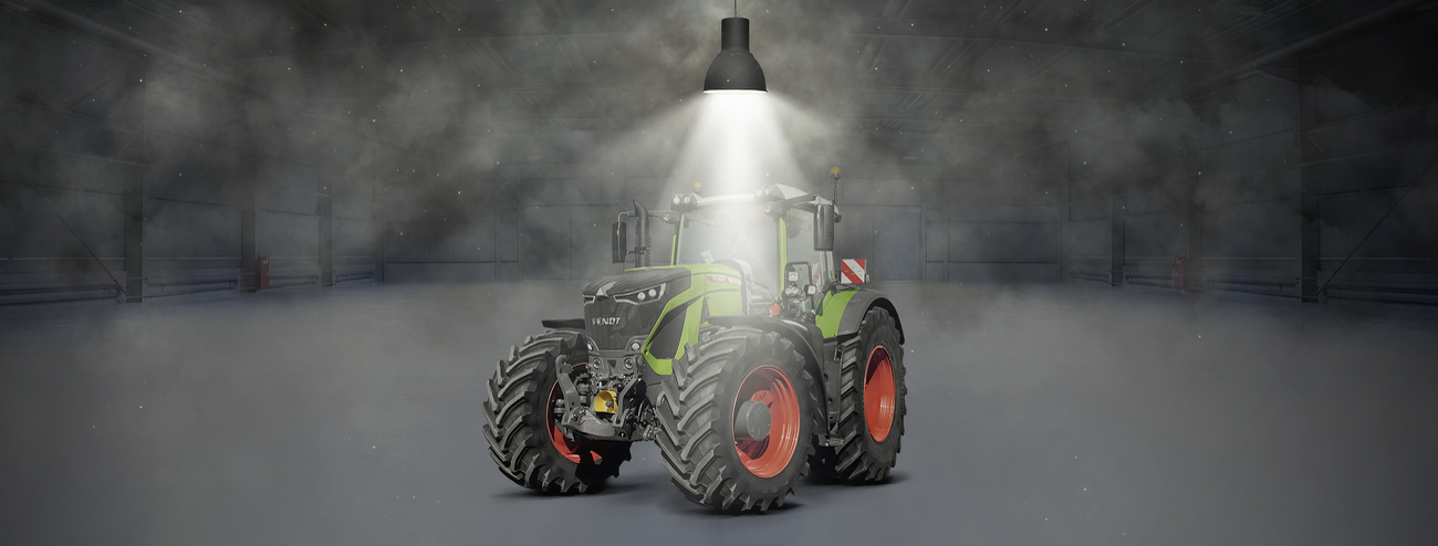 Fendt 900 Vario stands in a hall and is illuminated by a spotlight.