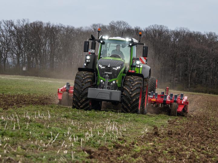 Uusi Fendt 1000 Vario työssä pellolla.