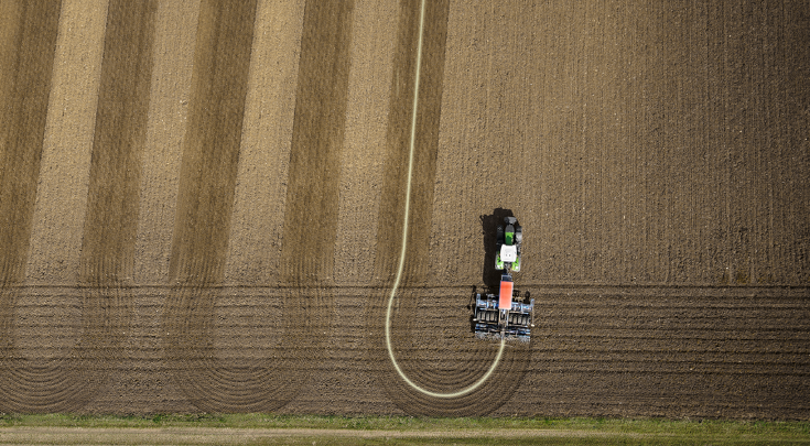 Vue du dessus du Fendt 900 Vario avec le combiné de semis au champ.