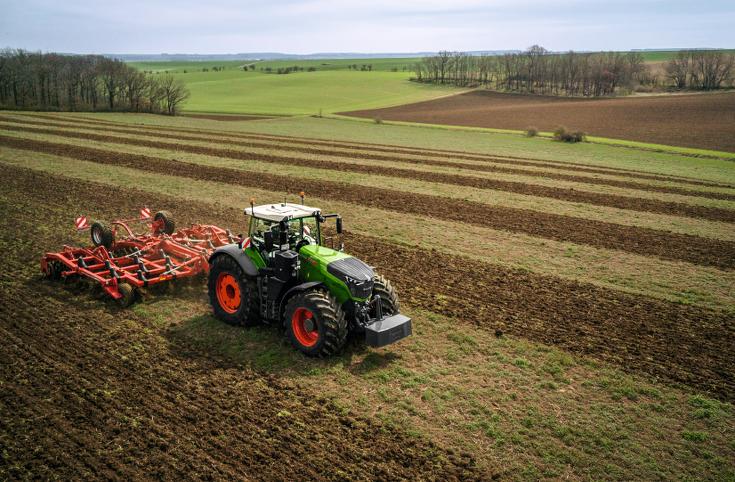 Fendt 1000 Vario en train de cultiver dans le champ.