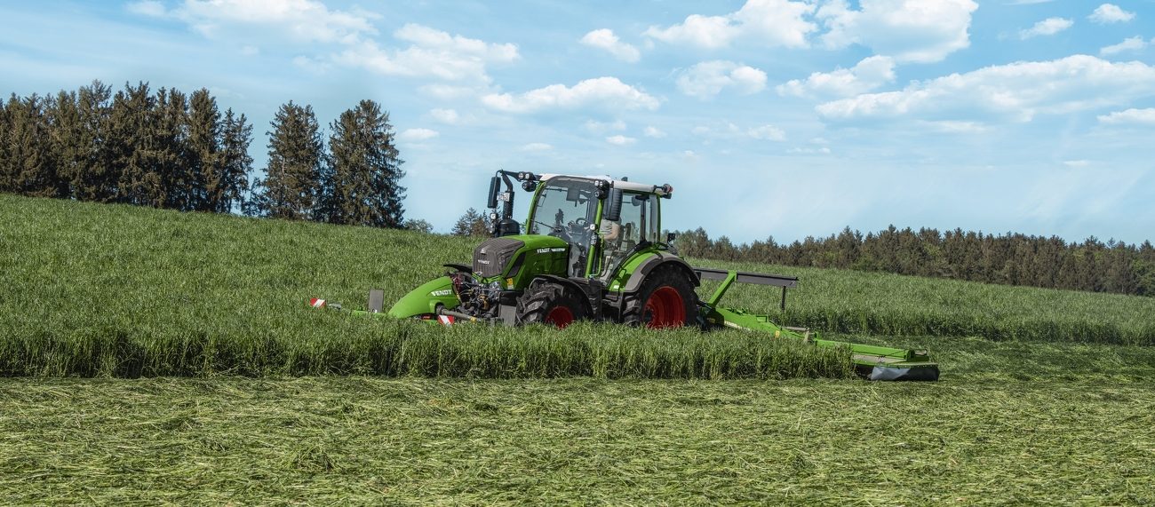 Fendt 300 Vario mowing a meadow with a Fendt Slicer.
