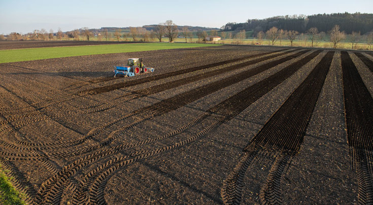 Fendt 300 Vario drilling on the field with a Lemken hookup.