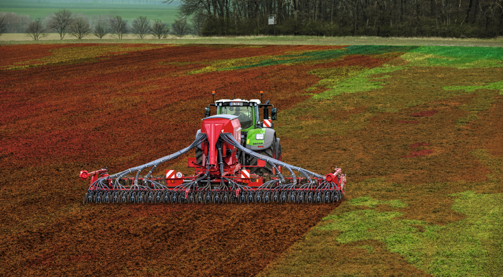 Rear view of the Fendt 1000 Vario with drill combination.