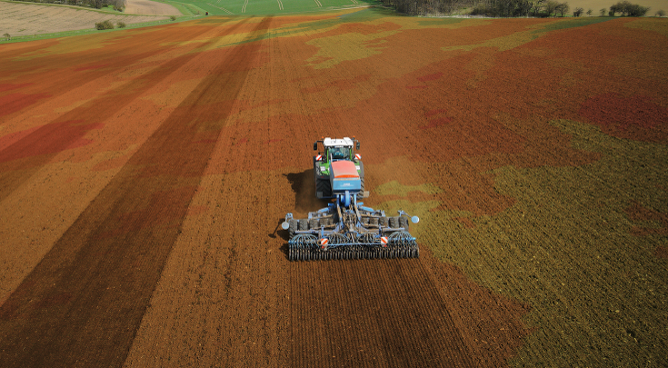 Rear view of the Fendt 900 Vario with drill combination.