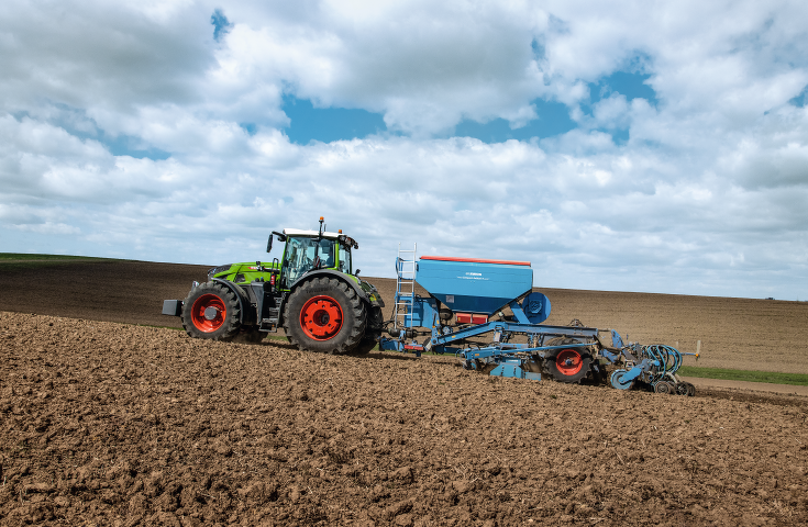Side view of the Fendt 900 Vario with drill combination.