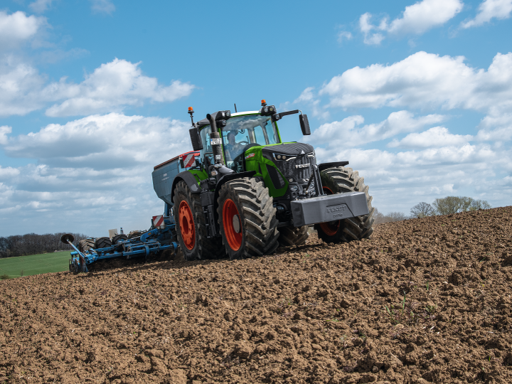 The new Fendt 900 Vario at work in the field.