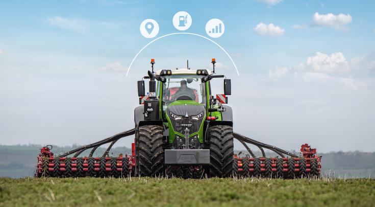 Vooraanzicht van de Fendt 1000 Vario met zaaimachinecombinatie en Smart Farming-pictogrammen.