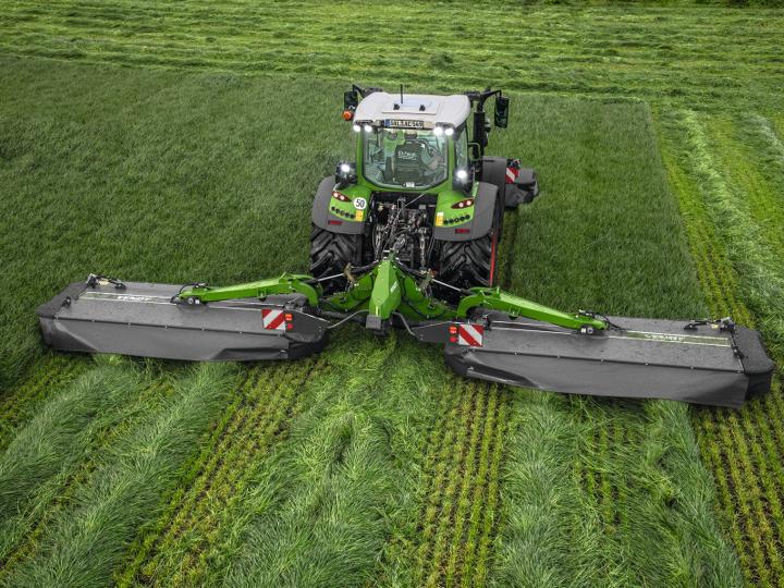 Fendt 500 Vario med Fendt Slicer slåmaskiner slår graset på et jorde.