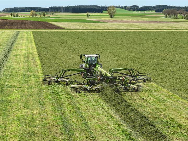 Fendt 500 Vario strenglegger på et jorde med en 4-rotors samlerive