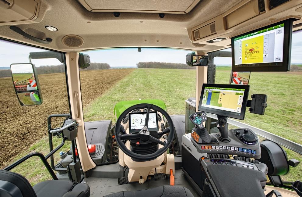 Stanowisko operatora nowego ciągnika Fendt 1000 Vario z FendtONE i wszystkimi akcesoriami.