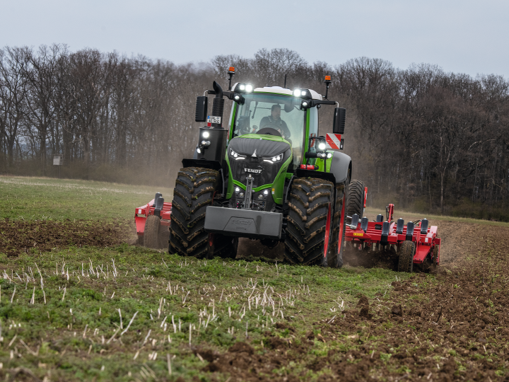 Nowy ciągnik Fendt 1000 Vario podczas pracy w polu.