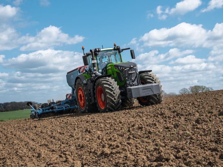 Nowy ciągnik Fendt 900 Vario podczas pracy w polu.