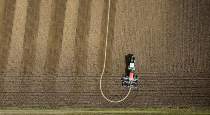 Вид с высоты птичьего полета на Fendt 900 Vario с комбинацией сеялок в поле.