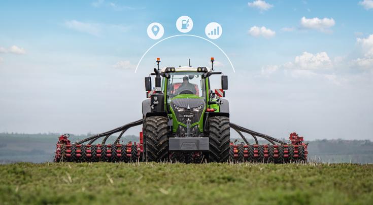 Framsidan av Fendt 1000 Vario med såkombination och Smart Farming-ikoner.