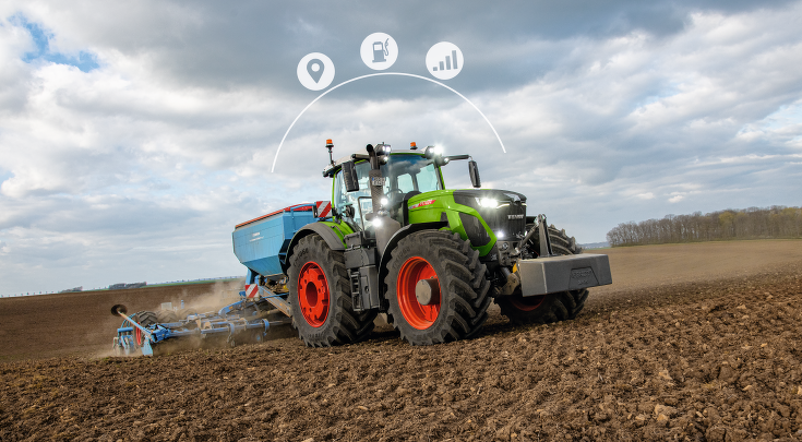 Fendt 900 Vario with drill combination in the field.