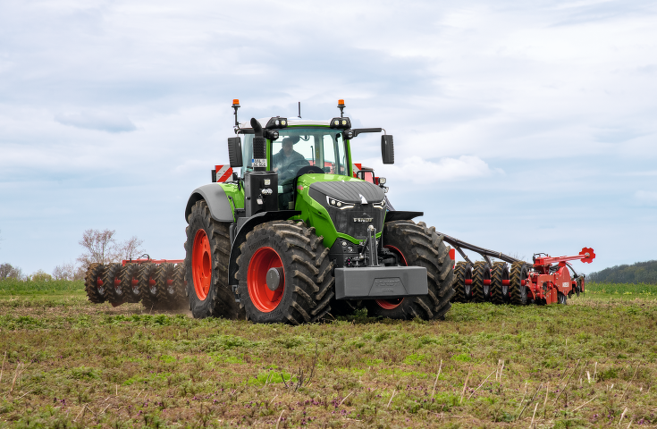 Front view of the Fendt 1000 Vario with seed drill combination in the field.