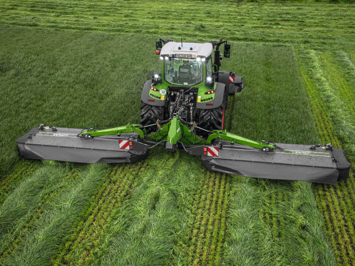 Fendt 500 Vario with a Fendt Slicer mower in a field while mowing.
