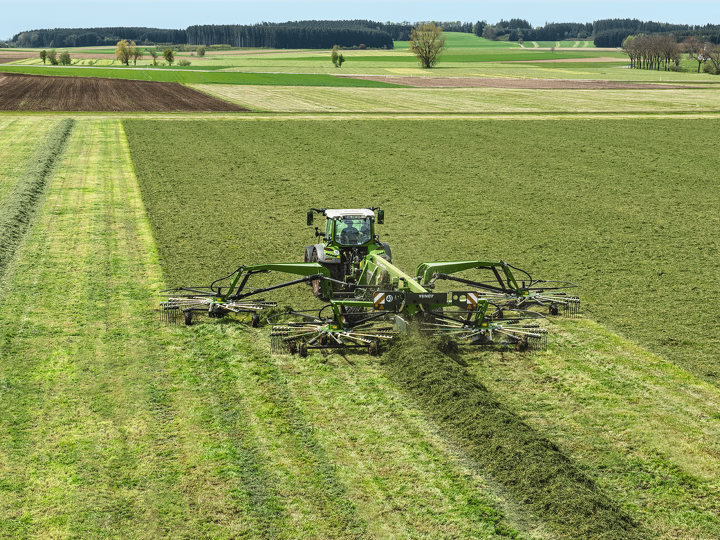 Fendt 500 Vario forms a swath in a field with a Fendt Former 4-rotor.